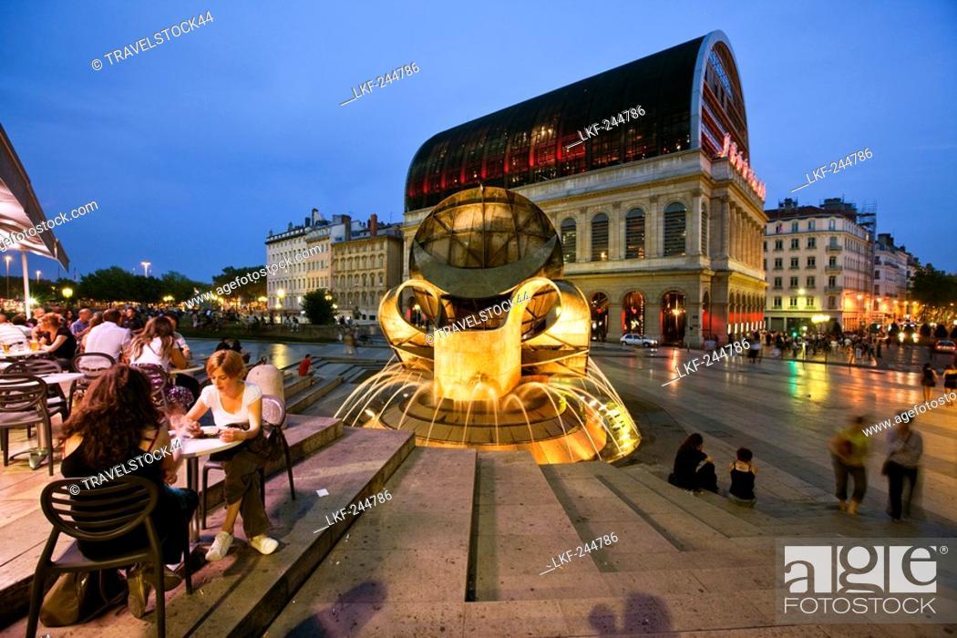 Imagen: Opera of Lyon redesigned by architect Jean Nouvel 1985 til 1993, Street cafe, fountain, Lyon, Rhone Alps, France.