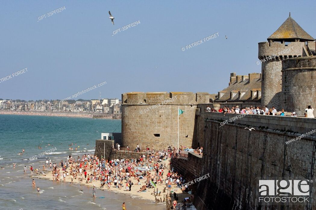 Stock Photo: THE EVENTAIL BEACH AT THE FOOT OF THE BIDOUANE TOWER, SAINT-MALO, ILLE-ET-VILAINE 35, FRANCE.