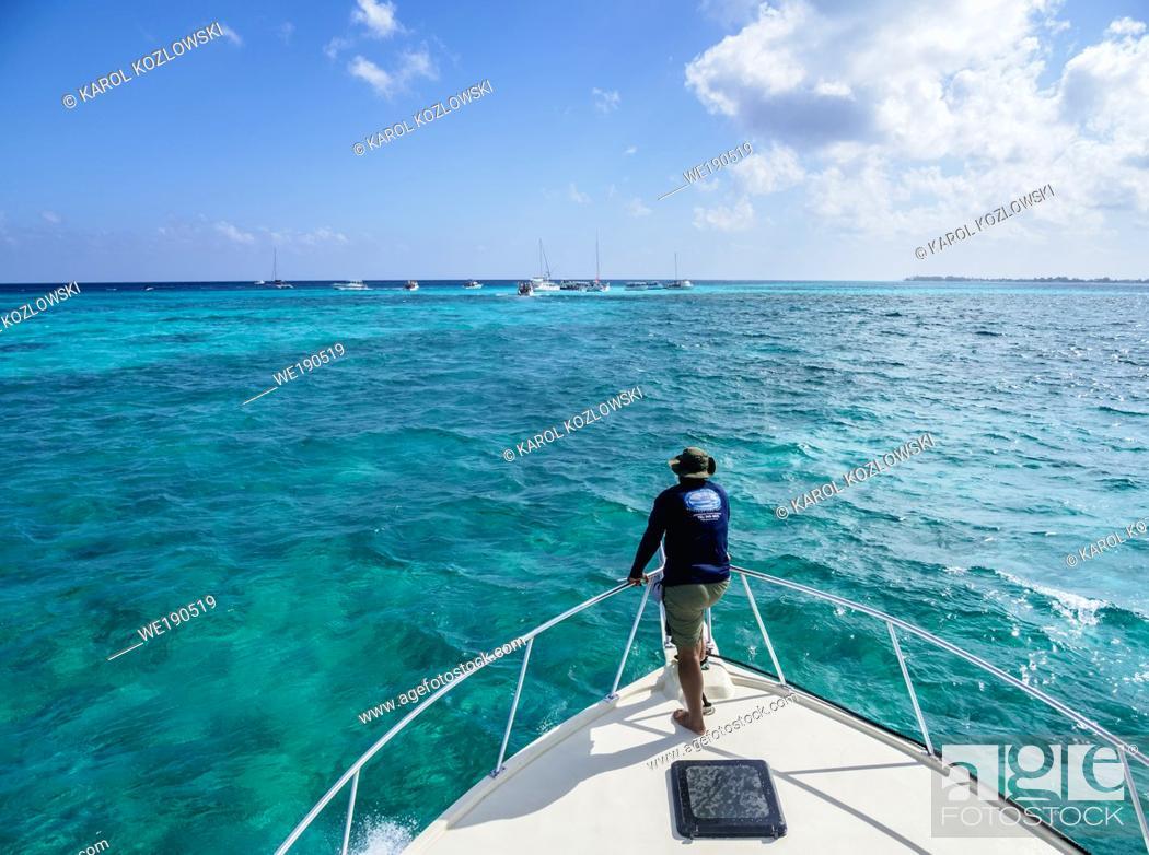 Imagen: Boat heading to Stingray City, Grand Cayman, Cayman Islands.