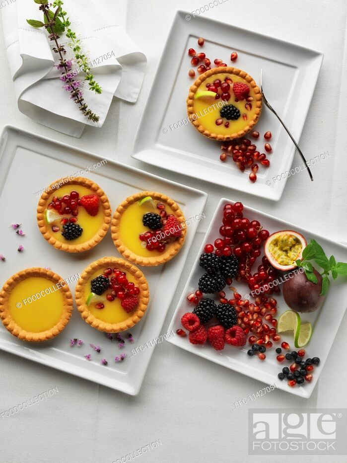 Imagen: Tartlets with berries on a square plate.
