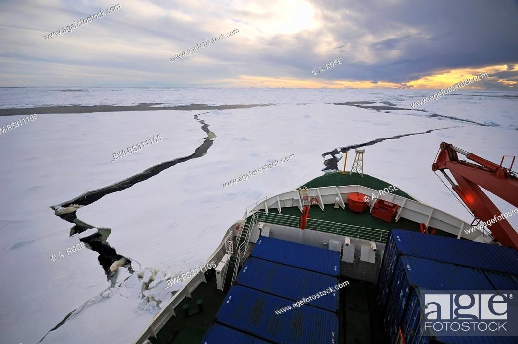 Imagen: ship breaking a passage through the pack ice near Ross Island, Antarctica.
