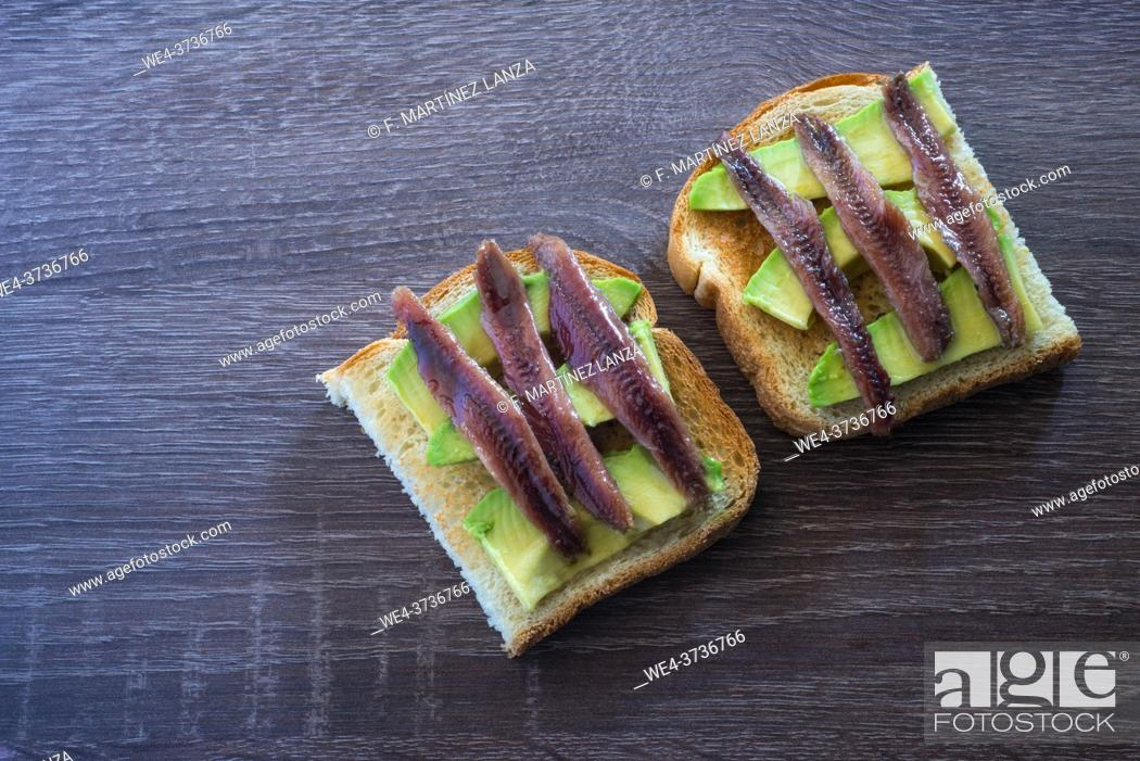Imagen: Toast with avocado and anchovy spread.