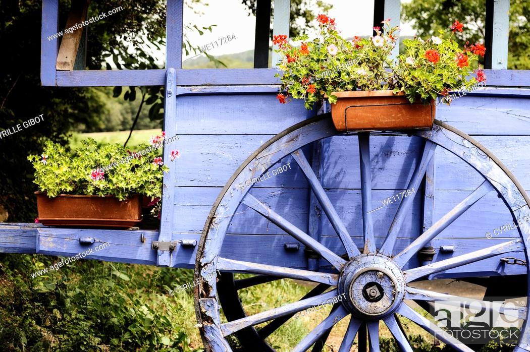 Stock Photo: Old wagon and wagon wheel, Dordogne, Aquitaine, France.