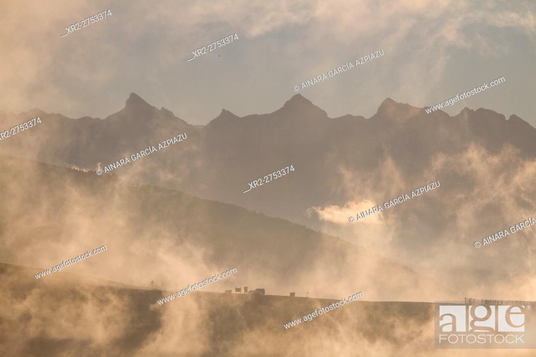 Imagen: Misty sunrise in Irati, Navarre, Spain.
