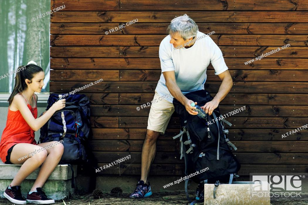 Imagen: Father and daughter packing bags.