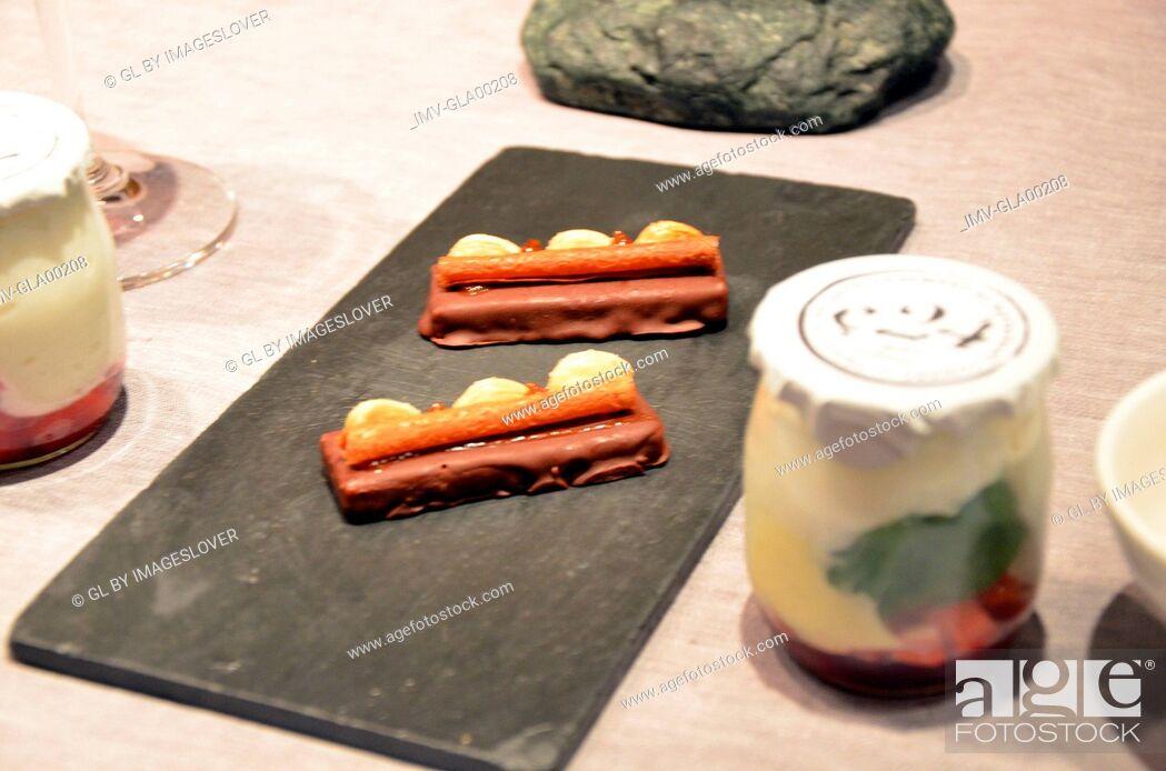 Imagen: Nougat, Wafer and Yogurt served on plate.