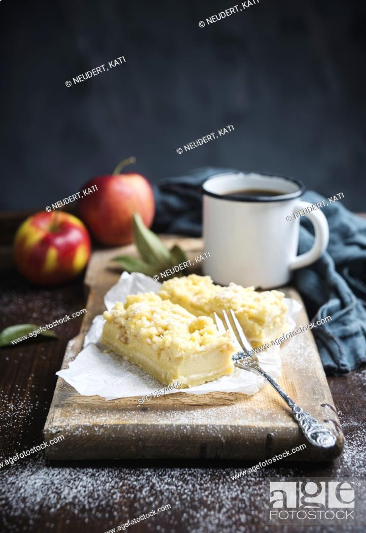 Photo de stock: Vegan apple and quark crumble cake.