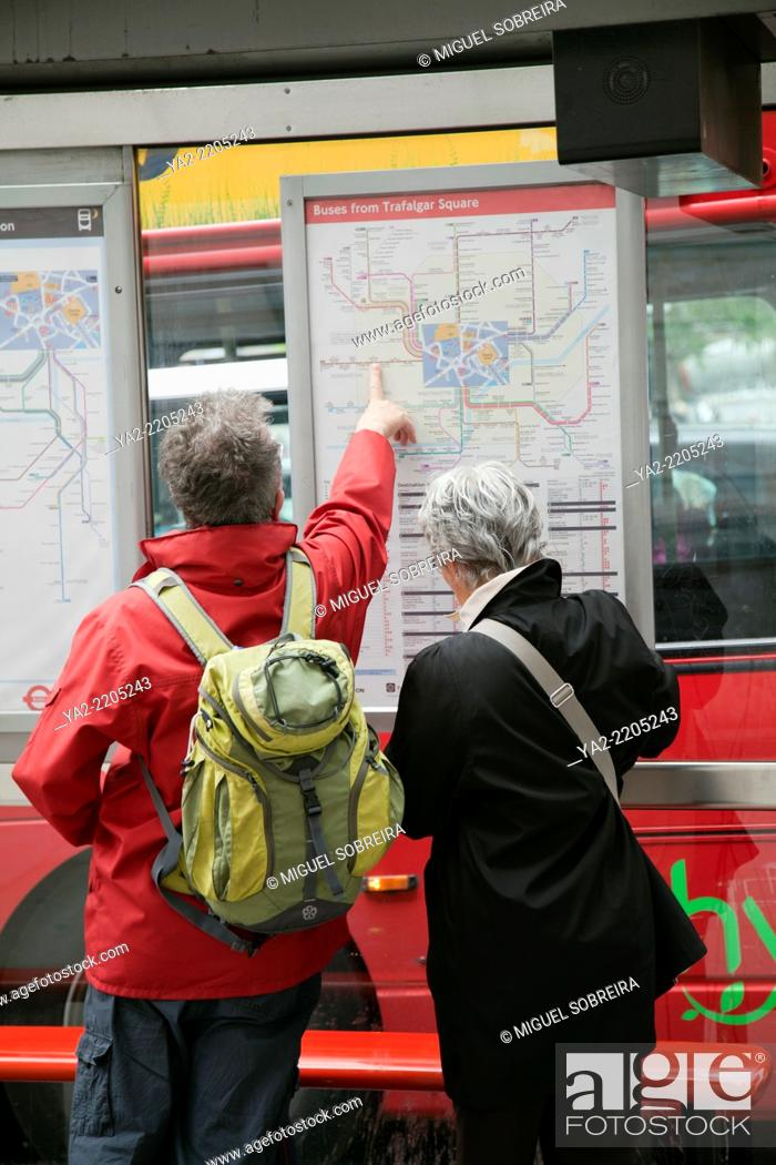 Imagen: Senior Tourists Pointing out Bus Journey - London UK.