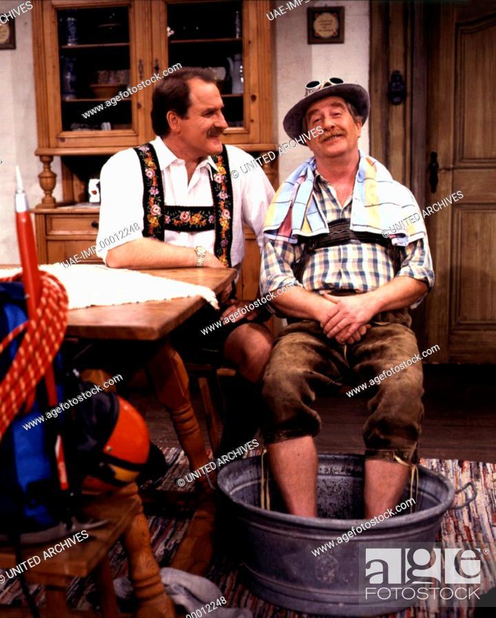 Imagen: CHIEMGAUER VOLKSTHEATER: Der Saisongockl, D 1992, Regie: Bernd Helfrich, BERND HELFRICH, EGON BISCAN Stichwort: Hosenträger, Lederhose, Fußbad, Wanne, Erholung.