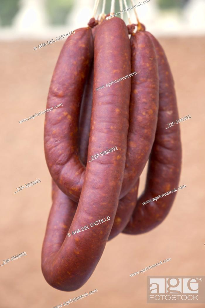 Imagen: Strings of Hand Crafted Artisanal Sausages Red Chorizo Hanging at Farmers Market. Spain.