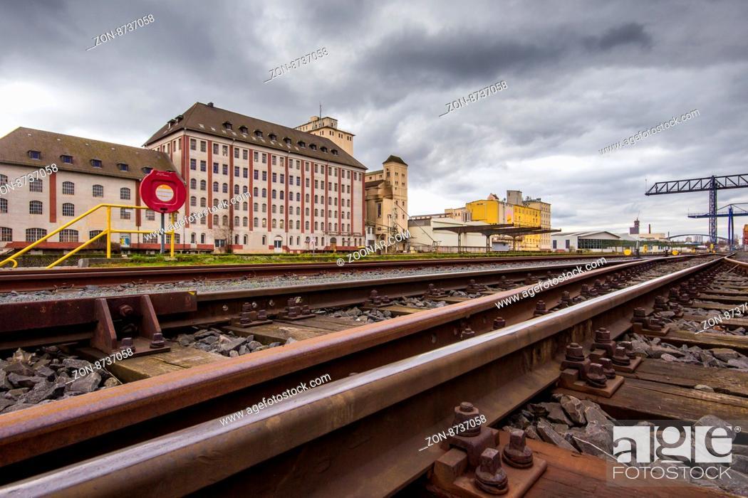 Stock Photo: Lagerhaus und Schienen der Hafenbahn am Osthafen, Frankfurt am Main, Deutschland.