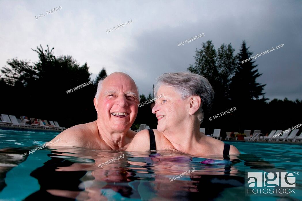 Imagen: Senior couple in swimming pool.