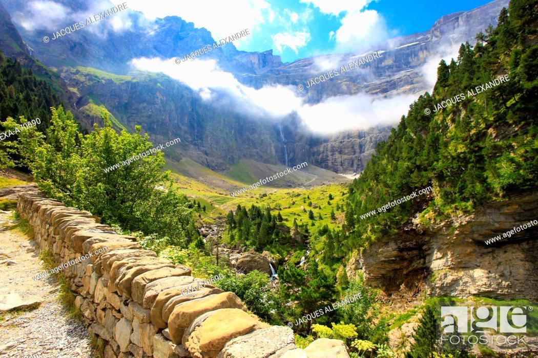 Imagen: View of the Cirque de Gavarnie, Pyrenees mountain, France.