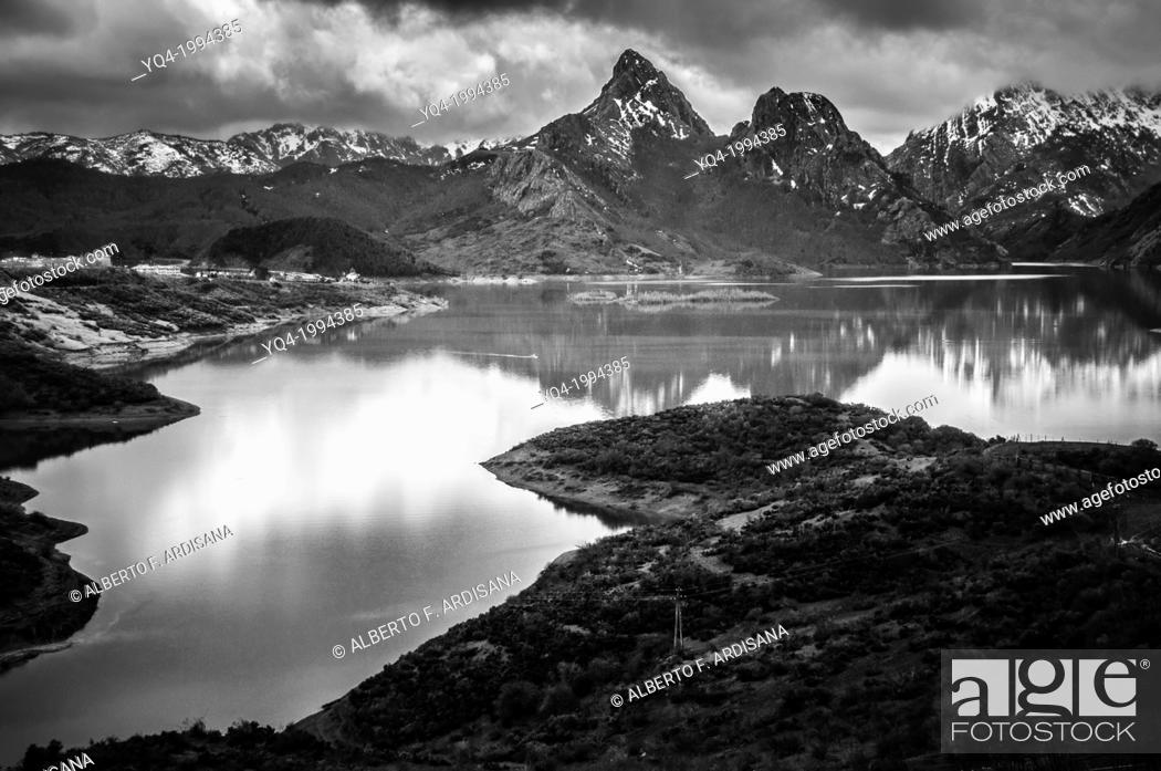 Stock Photo: Black and white image of Riaño Lake.León, Spain.