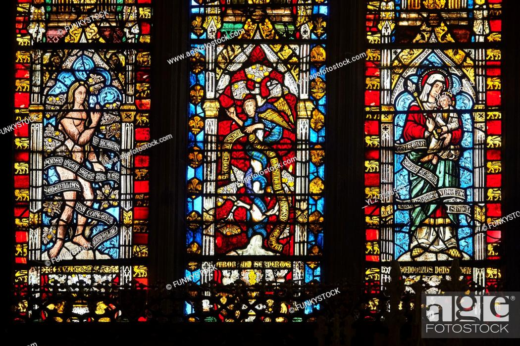 Imagen: Stained glass of the medieval Wells Cathedral built in the Early English Gothic style in 1175, Wells Somerset, England.