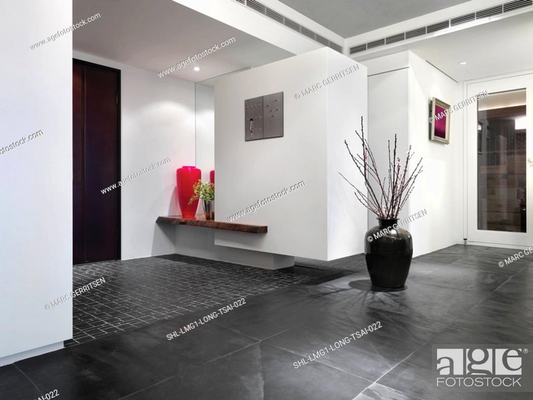 Imagen: Inside foyer of modern home.