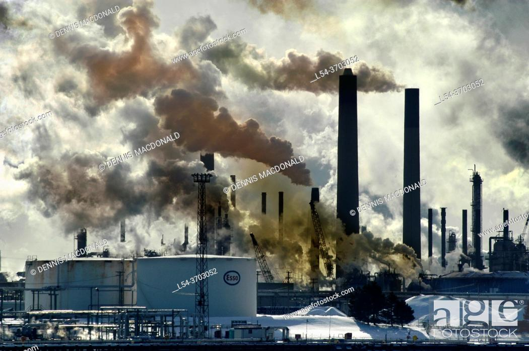 Imagen: air pollution frrom chemical valley in Sarnia Ontario Canada bordering Port Huron Michigan USA from oil refineries.