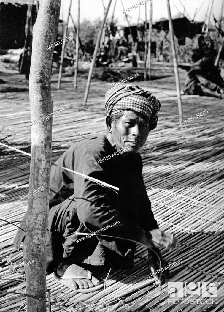 Imagen: Mattenflechter in Kambodscha, 1970er Jahre. Man baiding mats at Cambodia, 1970s.