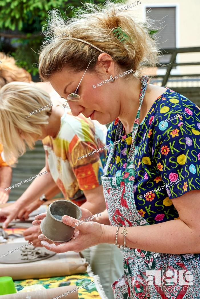 Imagen: Amateur artists while modeling clay to obtain raku ceramics.