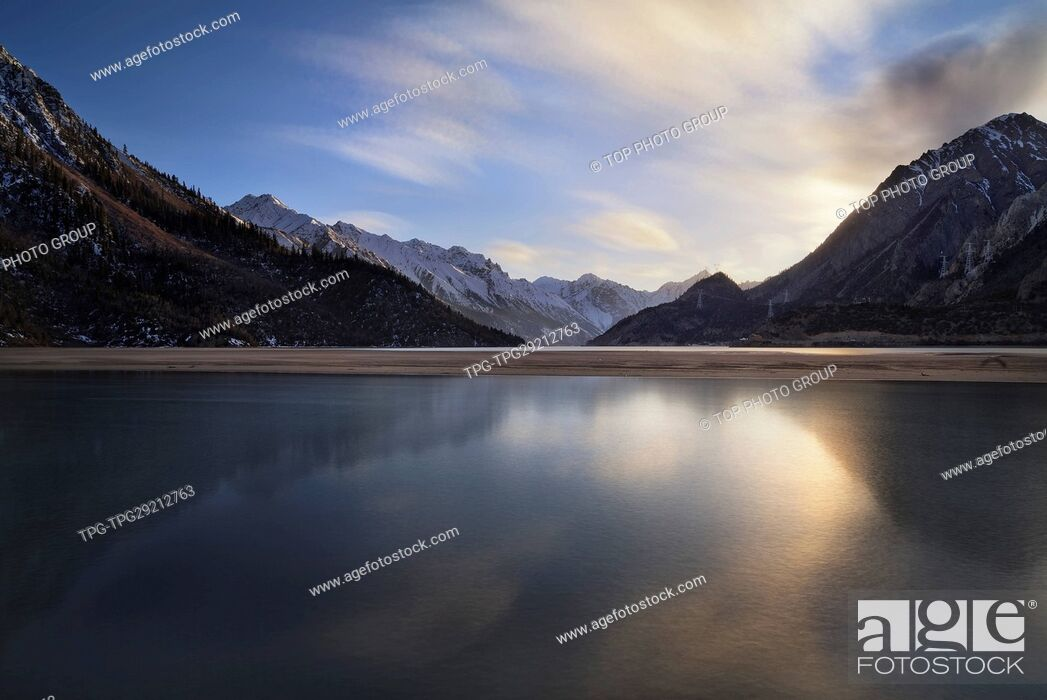 Imagen: Mirror reflection of Lake ranwu and the mountain ;Basu;Tibet;China.