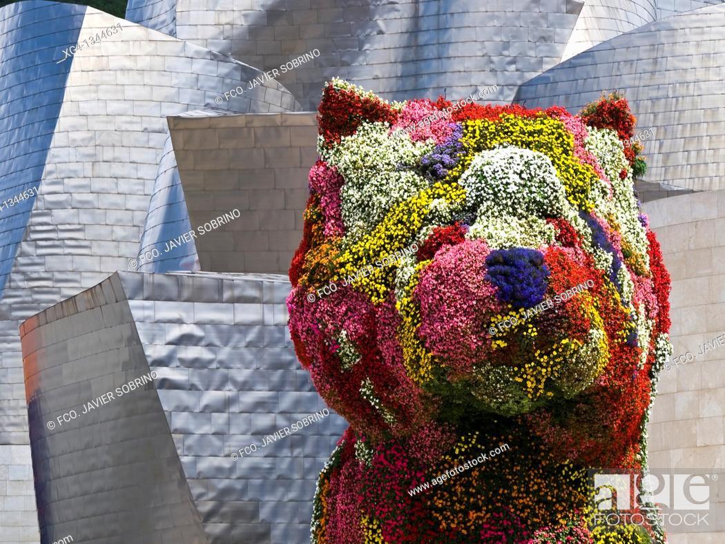 Stock Photo: Escultura floral del perro Puppy en el Museo Guggenheim de Bilbao - Vizcaya - Euskadi - España.