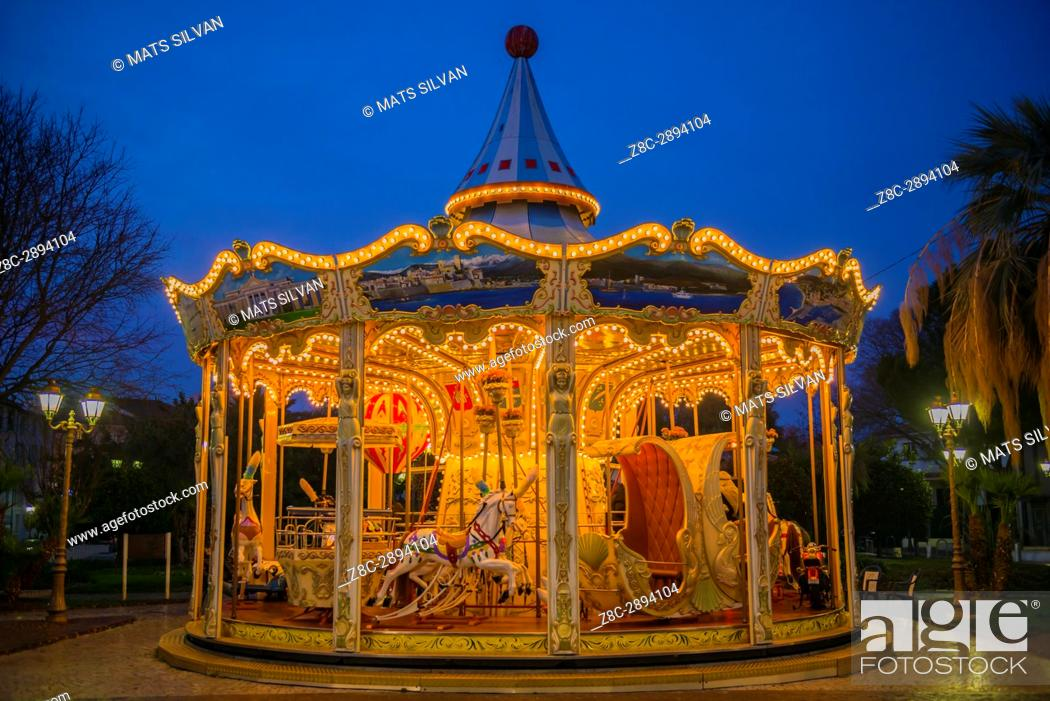 Imagen: Carousel in Dusk in Antibes, Provence-Alpes-Côte d'Azur, France.