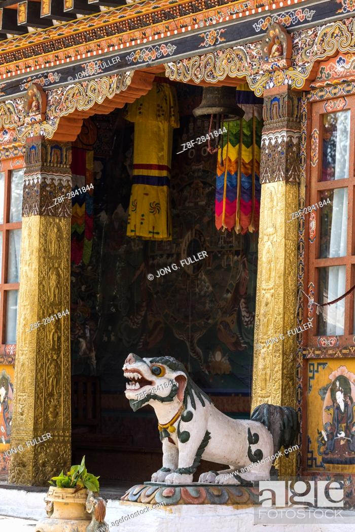 Imagen: A mythical Tibetan snow lion guards the entrance to the Buddhist temple in Punakha, Bhutan.