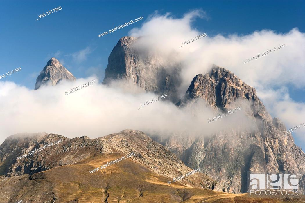 Imagen: Pic du Midi d'Ossau (France) in the clouds, view from the Tena Valley in the Spanish province of Huesca.