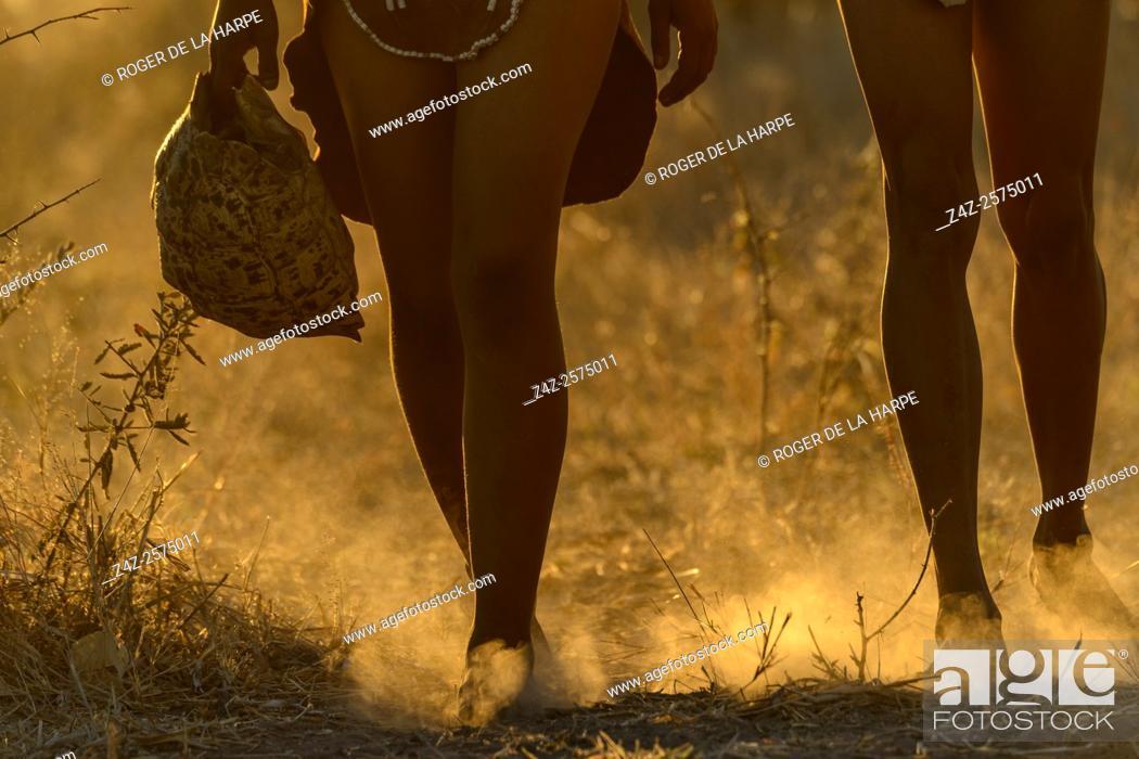 Imagen: San or Bushman man holding a Leopard tortoise (Stigmochelys pardalis) shell. Haina Kalahari Lodge. Botswana.