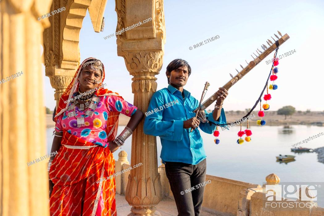 Imagen: Traditional Indian couple standing in monument, Jaisalmer, Rajasthan, India.