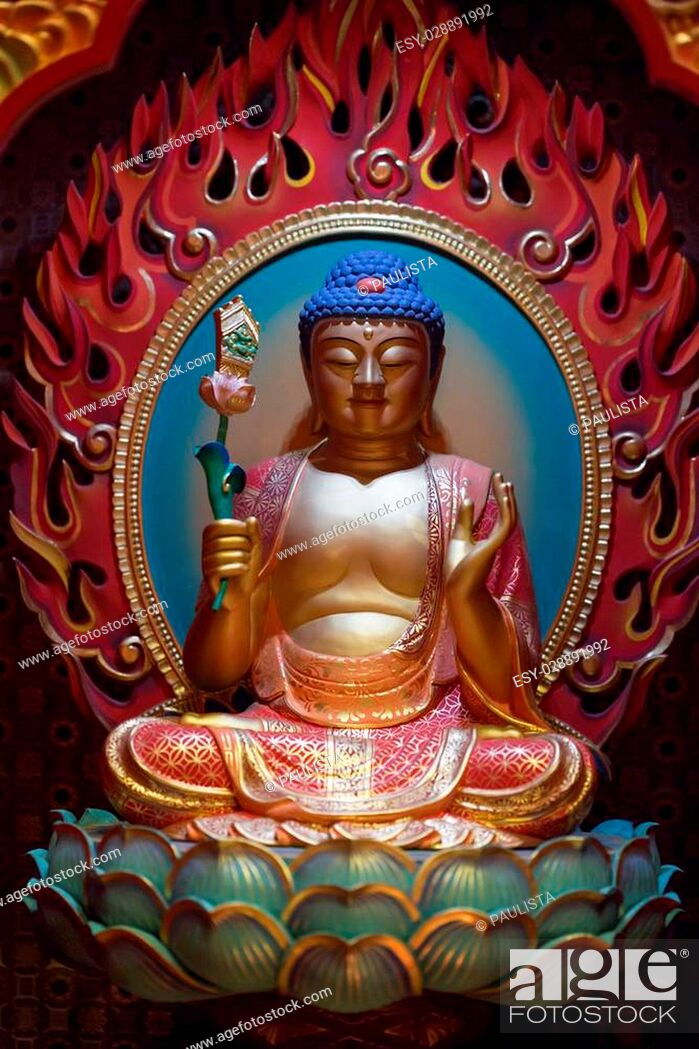 Imagen: colorful statue of buddha sitting on lotus.