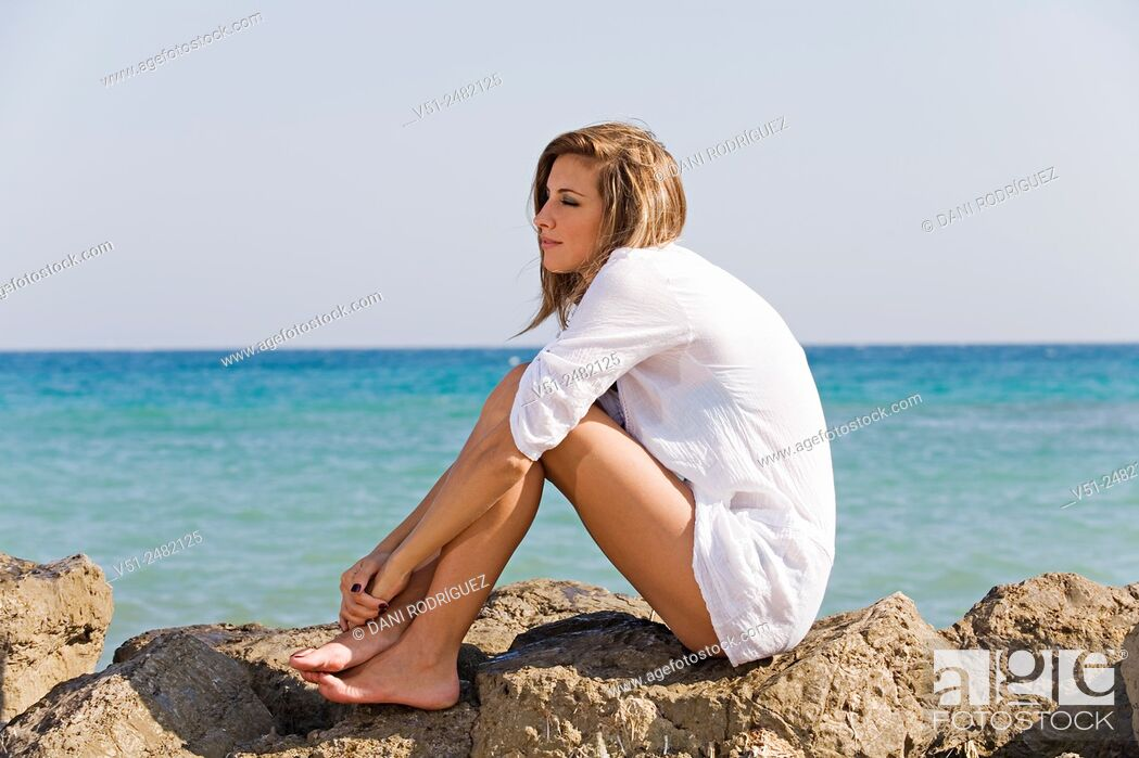 Imagen: Woman relaxing by the sea.
