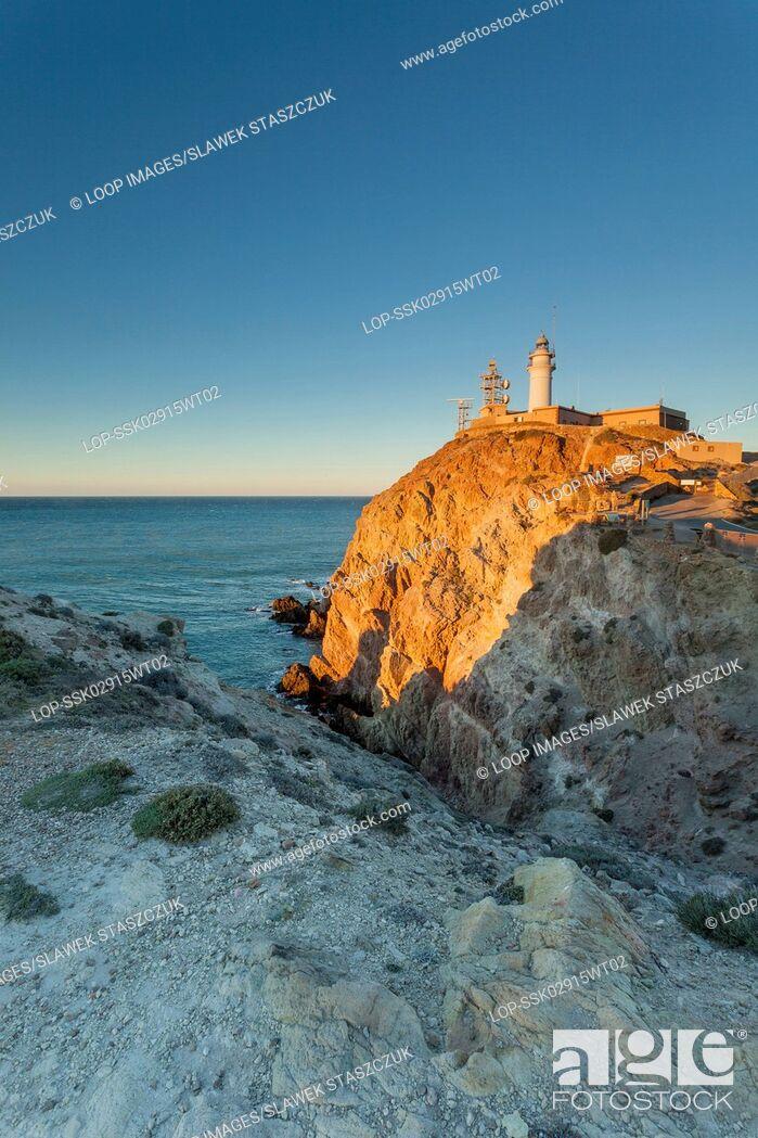 Imagen: Sunrise at Cabo de Gata lighthouse.