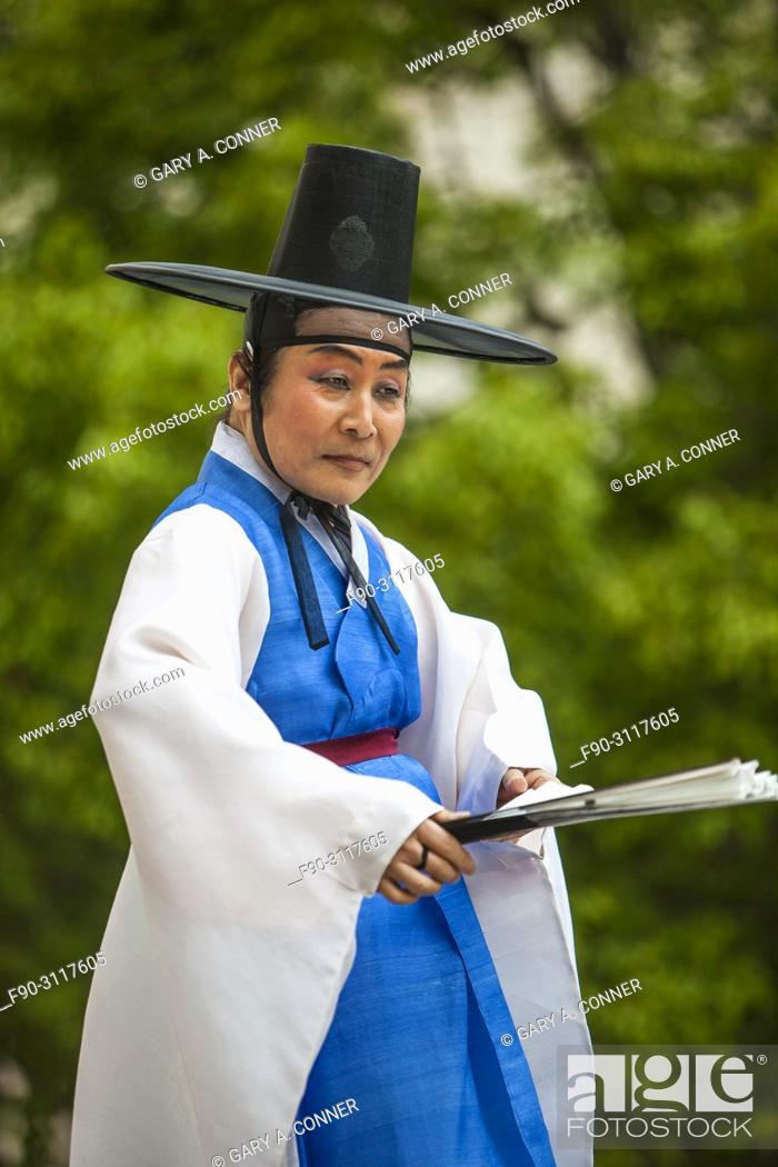 Imagen: Traditional folk dancer with fan at Korean Festival, Getty Center, Los Angeles, CA.