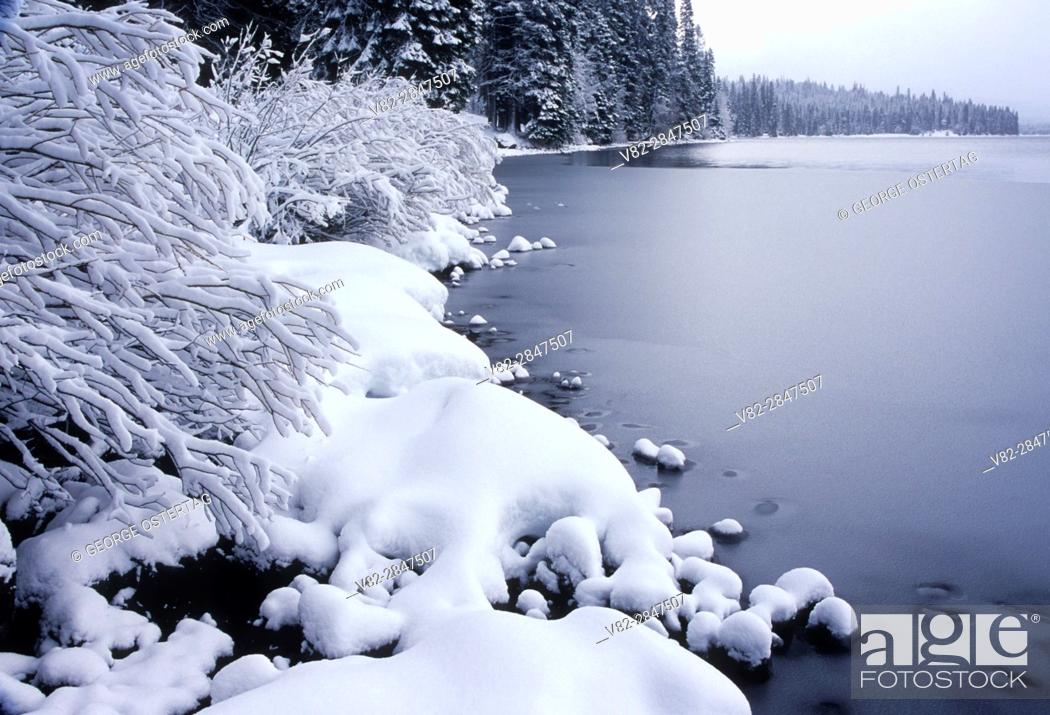 Stock Photo: Diamond Lake in winter, Umpqua National Forest, Rogue-Umpqua National Scenic Byway, Oregon.