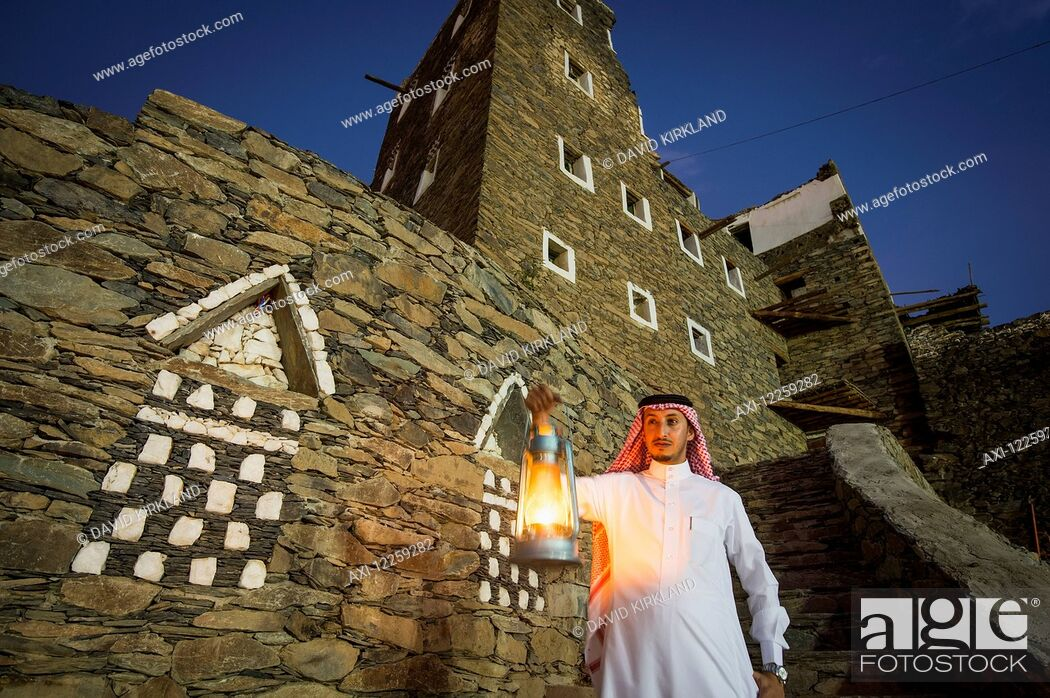 Imagen: Man with lamp outsude Rijal Alma village; Asir Province, Saudi Arabia.