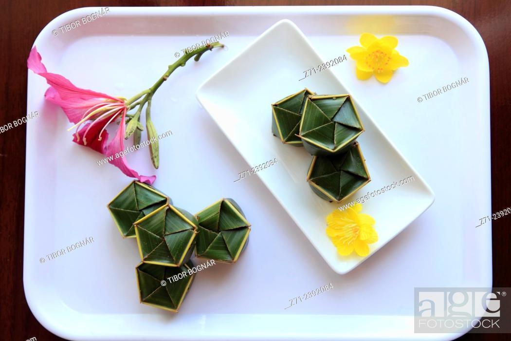 Imagen: Vietnam, Hue, dessert wrapped in banana leaves, .