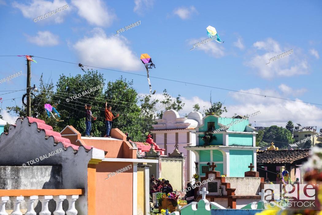 Stock Photo: tumbas de colores, celebracion del dia de muertos en el Cementerio General, Santo Tomás Chichicastenango, República de Guatemala, América Central.