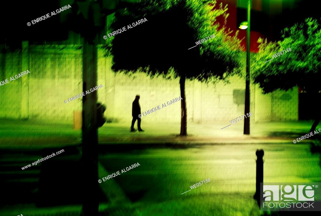 Imagen: Passer-by in the night, Valencia.
