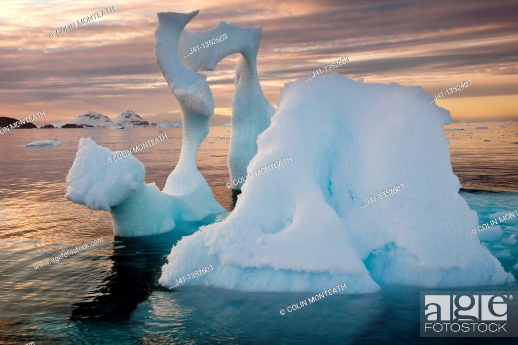 Imagen: Iceberg with thin arch at sunset, Cierva Cove, Antarctic Peninsula.