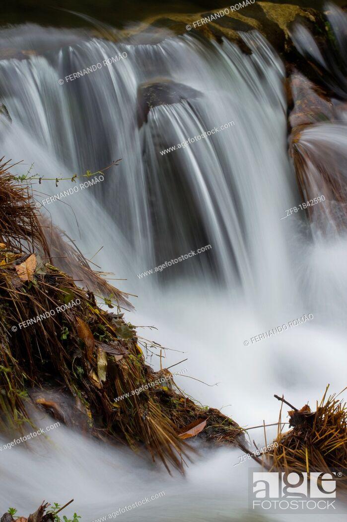 Imagen: River drop at Lousã Mountain, Portugal.