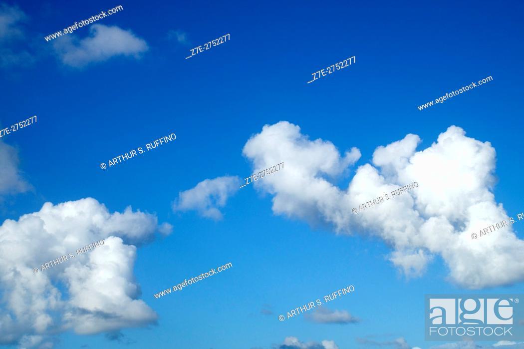 Imagen: Cumulus clouds against blue sky.