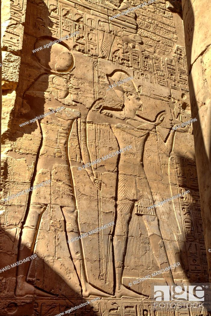 Imagen: Bas-relief of the God Horus (left) and a Pharaoh (right), Luxor Temple, Luxor, Egypt.