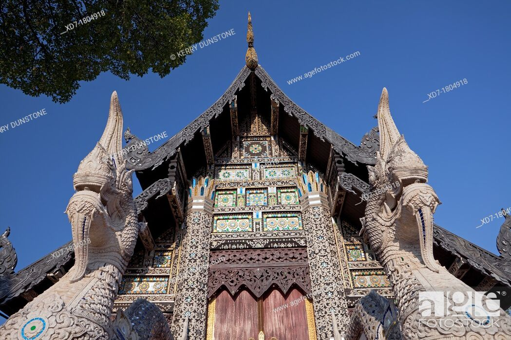 Imagen: Wooden building holding the Venerable Acharn Mun Bhuridatto Vihara, Wat Chedi Luang, Chiang Mai, Thailand.
