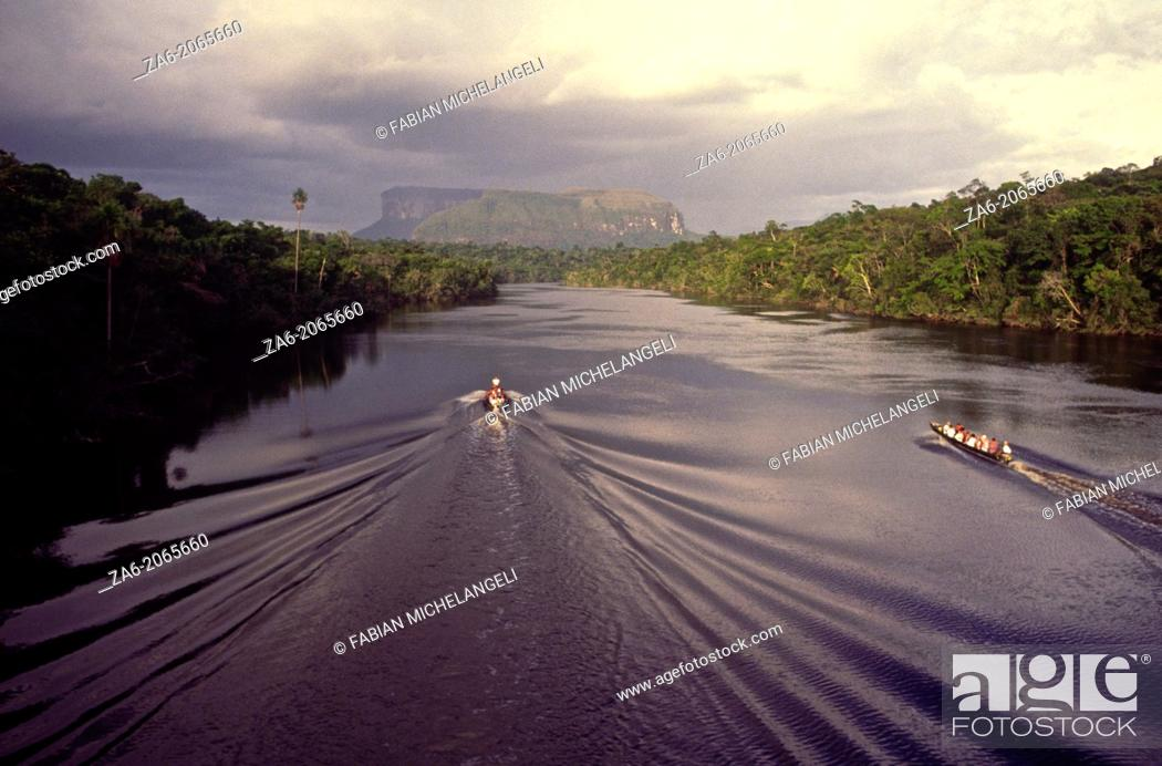 Imagen: Aerial view of tourist boats going up Carrao river showing tepuis in the bakground. Canaima National Park, Bolivar State, Southern Venezuela.