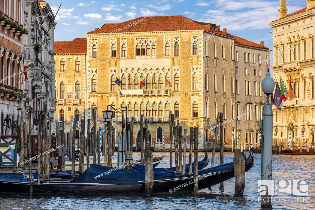 Imagen: Gondolas moored in the Grand Canal near the University of Venice.