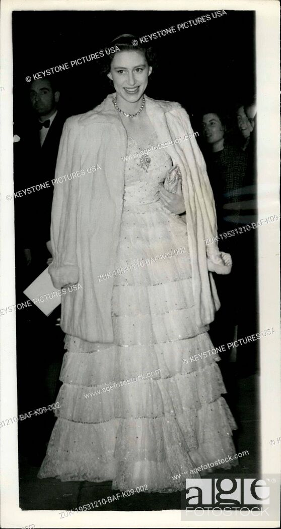 Imagen: Dec. 10, 1953 - Princess Margaret Attends Gala Performance at Sadler's Wells Theatre. Photo Shows: Princess Margaret, wearing a white tiered lace gown with.