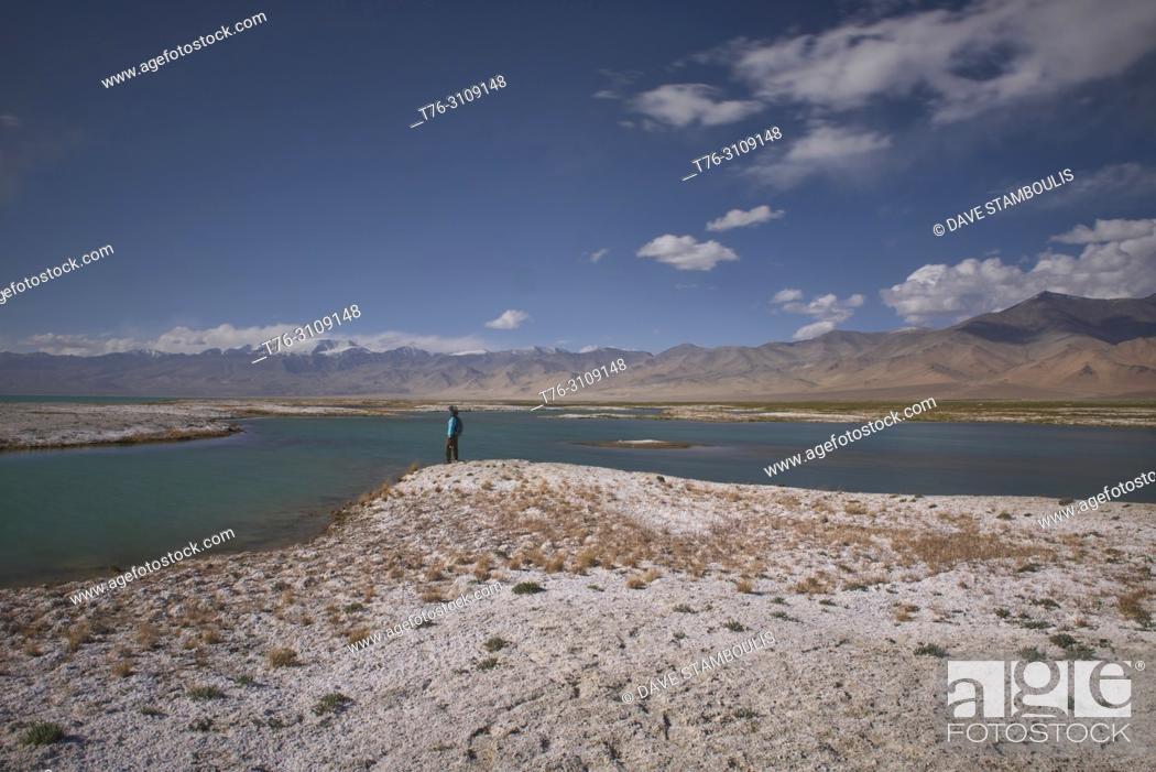 Imagen: Salt deposits alongside Karakul Lake on the Pamir Highway, Gorno Badakhshan, Tajikistan.