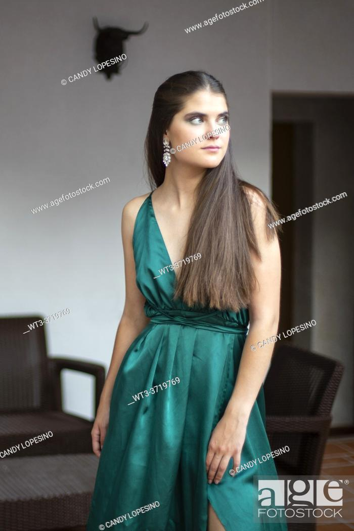 Imagen: A pretty girl in an elegant green colored dress at a wedding.