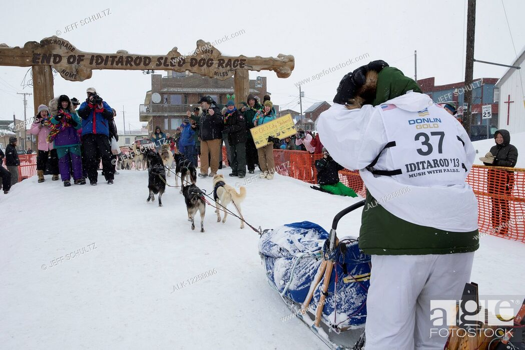 Imagen: Christine Roalofs runs into the chute and across the finish line to finish in last place and is the winner of the Red Lantern Award on Front Street in Nome.